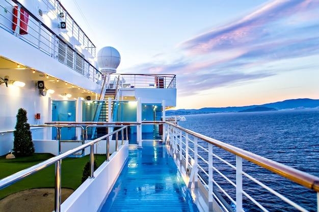 Malowniczy widok na pokład statku wycieczkowego i ocean?
