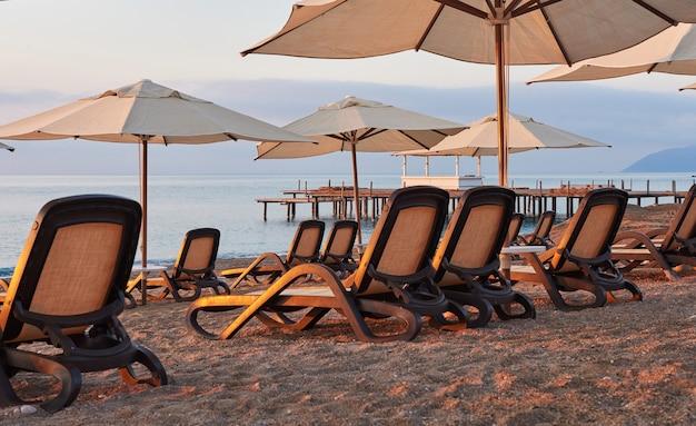 Malowniczy widok na prywatną piaszczystą plażę na plaży z leżakami na tle morza i gór. amara dolce vita luxury hotel. ośrodek wczasowy. tekirova-kemer. indyk