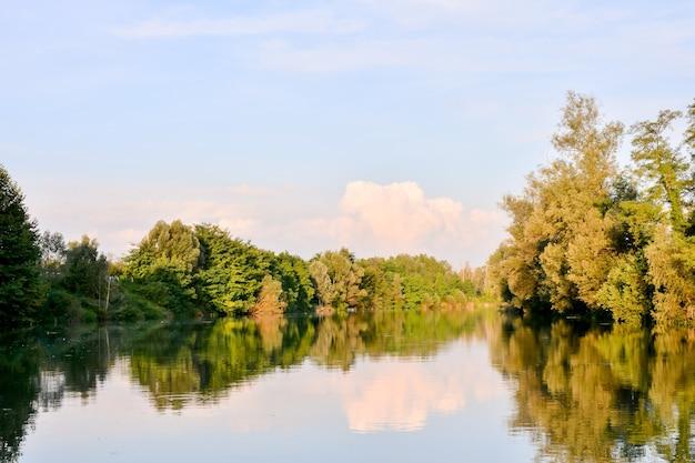 Malowniczy widok na rzekę brenta w północnych włoszech