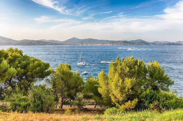 Malowniczy widok na saint-tropez ze wzgórza zamkowego, lazurowe wybrzeże, francja. miasto jest znanym na całym świecie kurortem dla europejskich i amerykańskich odrzutowców i turystów