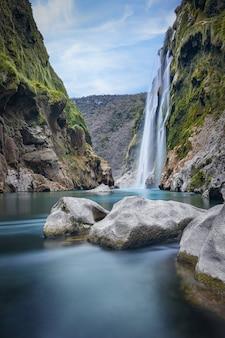Malowniczy widok na spektakularny wodospad tamul na rzece tampaon, huasteca potosina, meksyk