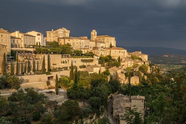 Malowniczy widok na średniowieczną wioskę gordes na wzgórzu przed burzą w prowansji wakacje we francji