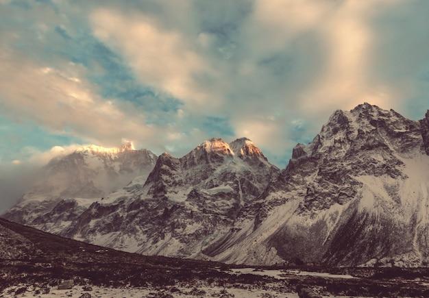 Malowniczy widok na szczyt jannu, region kanchenjunga, himalaje, nepal.