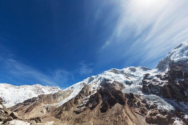 Malowniczy widok na szczyt kanchenjunga o zachodzie słońca, himalaje, nepal.