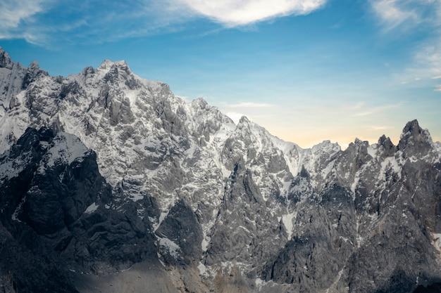 Malowniczy widok ośnieżonych gór na tle nieba,