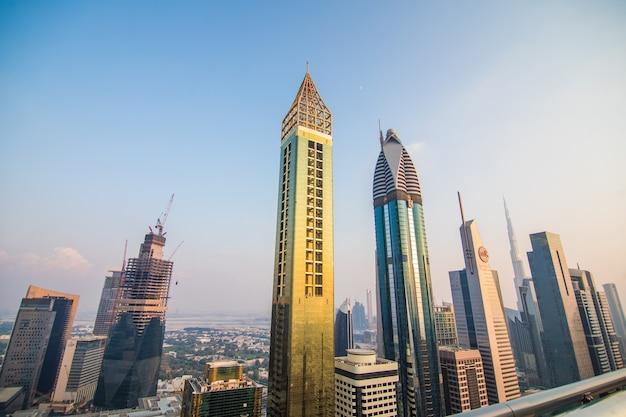 Malowniczy widok z lotu ptaka na centrum dubaju, zjednoczone emiraty arabskie z drapaczami chmur i autostradami. kolorowe tło podróży.