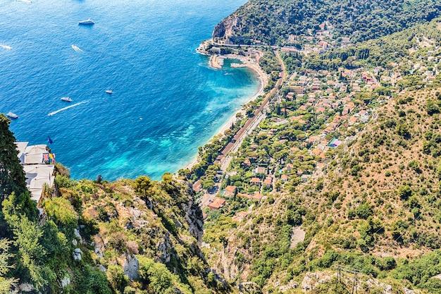 Malowniczy widok z lotu ptaka z miasta eze w pobliżu miasta nicea, lazurowe wybrzeże, francja