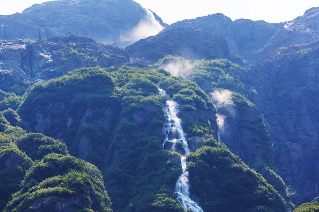 Malowniczy wodospad na alasce, usa