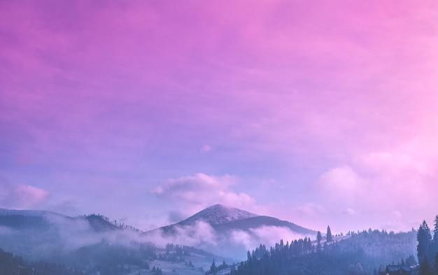 Malowniczy wschód słońca nad zielonymi górami
