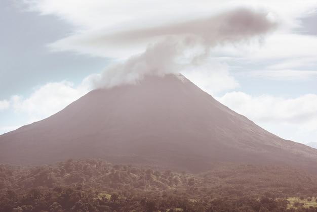 Malowniczy wulkan arenal w kostaryce, ameryka środkowa