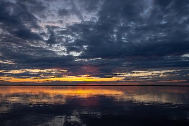 Malowniczy zachód słońca nad rzeką