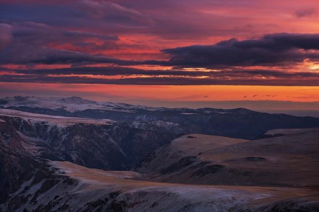 Malowniczy zachód słońca w górach. sezon jesienny.