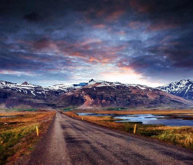 Malowniczy zachód słońca w islandii. fascynujące piękno świata