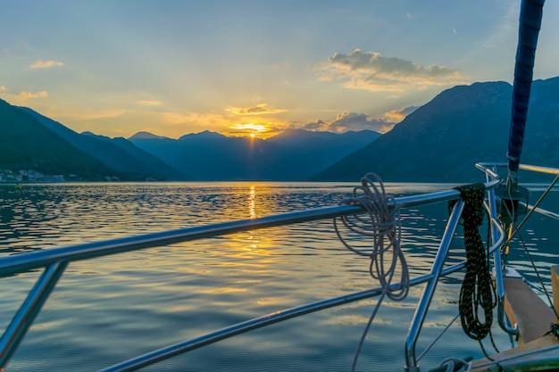 Malowniczy zachód słońca za burtą luksusowego jachtu na adriatyku