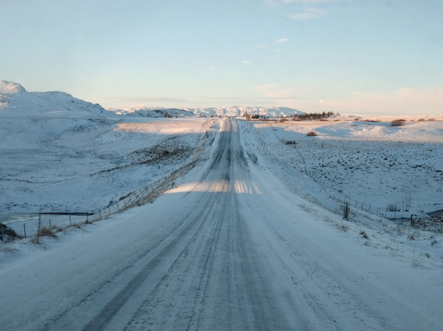 Malowniczy zimowy krajobraz islandii.