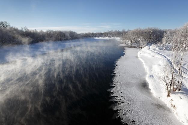 Malowniczy zimowy krajobraz widok na rzekę kamczatka największa rzeka na półwyspie kamczatka na...