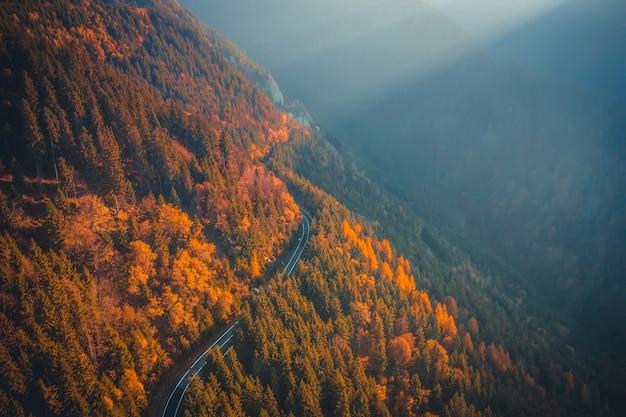 Malowniczy żużel jedzie jesienią wzdłuż góry