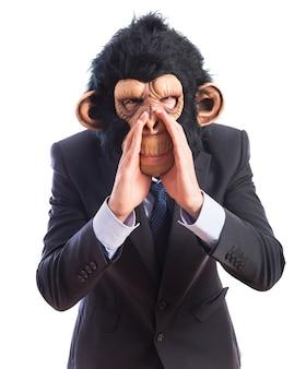 Małpa mężczyzna krzyczy na białym tle