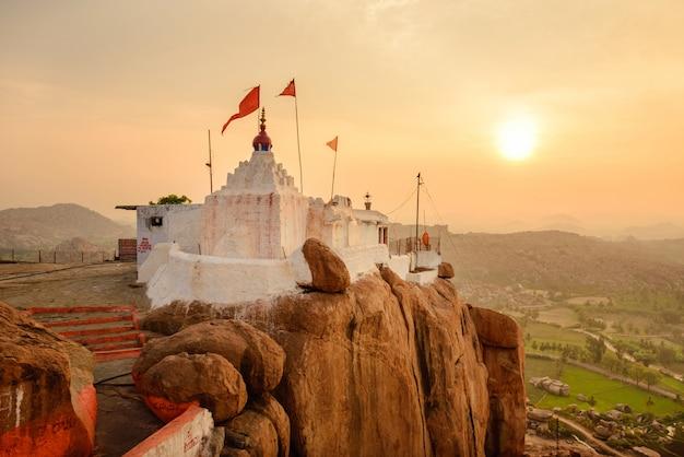 Małpia świątynia przy wschodem słońca w hampi