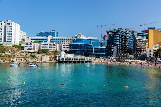 Malta valletta 13 czerwca 2019 r.: piękny panoramiczny widok na miasto z mnóstwem budynków mieszkalnych na tle błękitnego, czystego nieba.