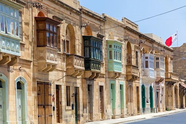 Malta valletta 16 czerwca 2019: architektura malty, fasada domu z kolorowymi drewnianymi oknami i balkonem na malcie