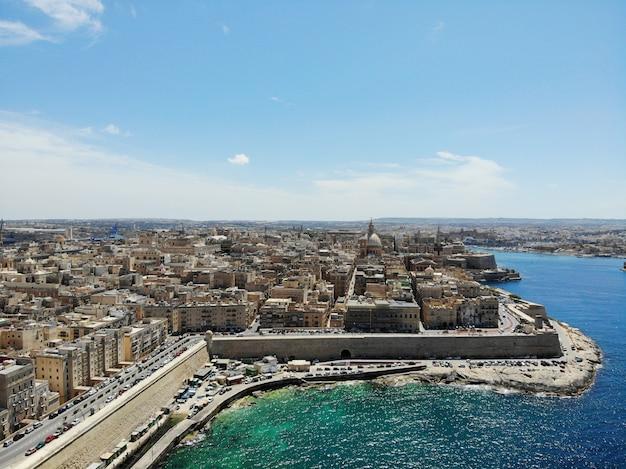 Malta z góry. nowy punkt widzenia dla twoich oczu. piękne i wyjątkowe miejsce o nazwie malta. europa, wyspa na morzu śródziemnym.