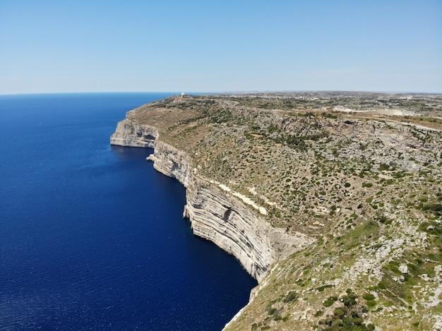Malta z góry. nowy punkt widzenia dla twoich oczu. piękne i wyjątkowe miejsce o nazwie malta. odpoczynek, odkrywanie i przygoda. musisz zobaczyć dla wszystkich. europa, wyspa na morzu śródziemnym. klify