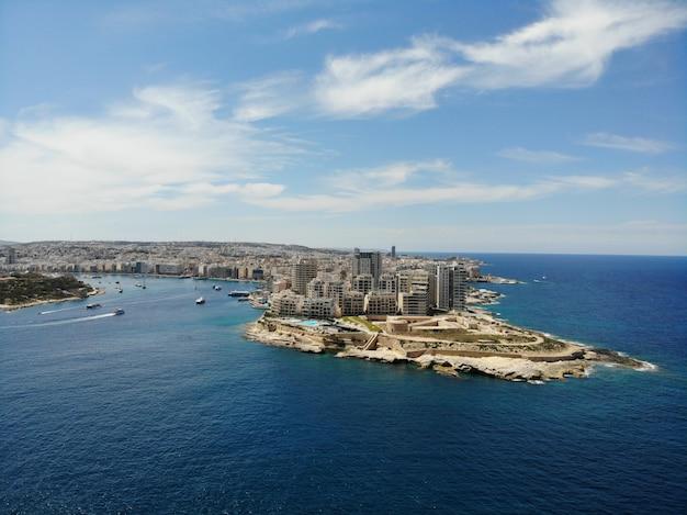 Malta z góry. nowy punkt widzenia dla twoich oczu. piękne i wyjątkowe miejsce o nazwie malta. odpoczynek, odkrywanie i przygoda. musisz zobaczyć dla wszystkich. europa, wyspa na morzu śródziemnym.