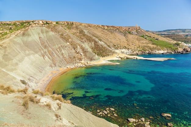 Maltańska plaża wybrzeże malty zatoka ghajn tuffieha latem tropikalny kurort