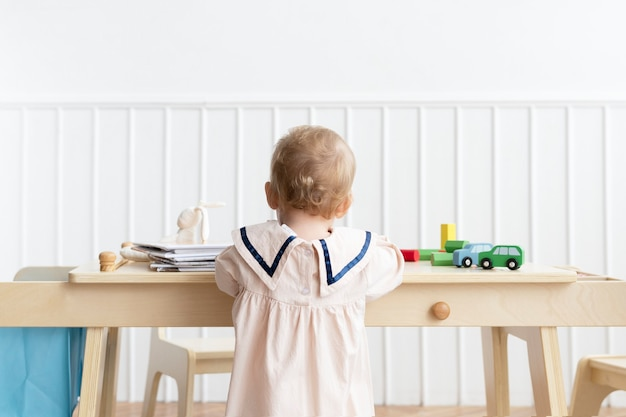 Maluch bawi się w swoim pokoju zabaw