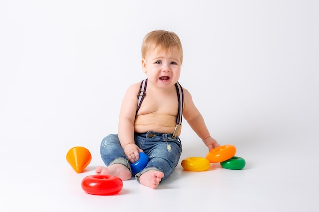 Maluch chłopiec z zabawką na białym tle