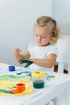 Maluch dziecko maluje w domu kreatywny czas wolny