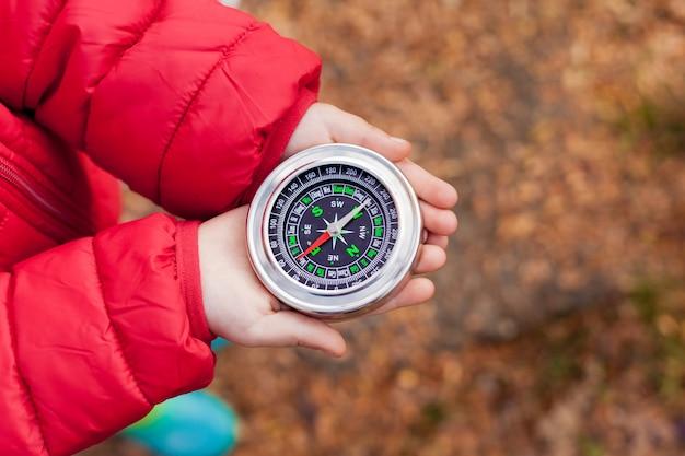 Maluch dziewczyny trzymając kompas w rękach.