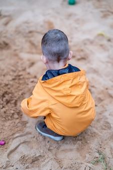 Maluch pozostawiony sam bez opieki w piaskownicy na placu zabaw