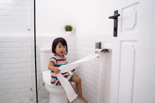 Maluch wyciągając papier toaletowy