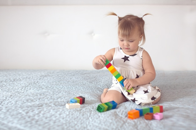Maluch z ogonami bawi się stylem życia konstruktora