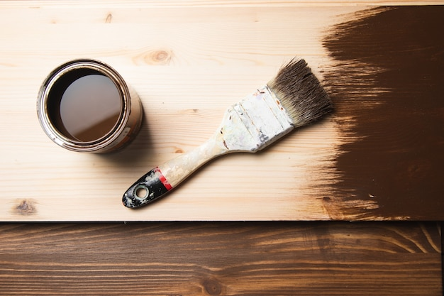 Maluj pędzlem na drewnie