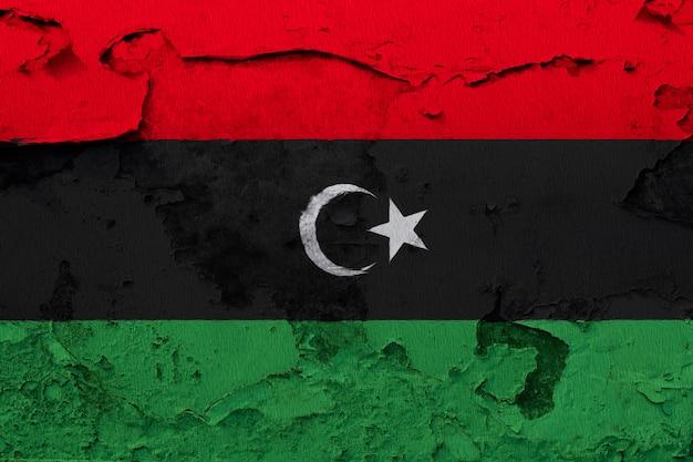 Malująca flaga państowowa libia na betonowej ścianie
