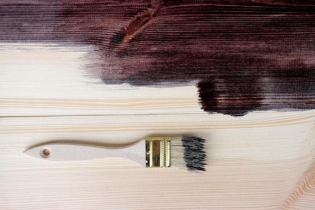 Malujący drewno z szczotkarskim tłem, odgórny widok