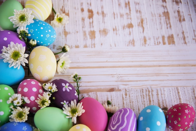 Malujący kolorowy wielkanocnych jajek tło - wielkanocny wakacyjny świętowania tła pojęcie