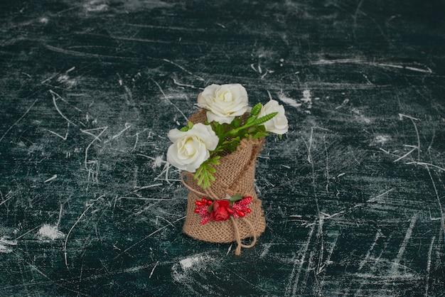 Malutki piękny bukiet na marmurowym stole