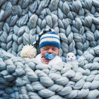 Malutkie dziecko z manekinem na kratkę
