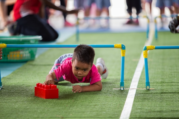 Mały azjatykci dziecko bawić się z kolorowymi budowa blokami