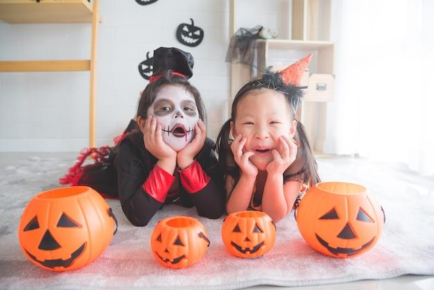 Mały azjatykci dziewczyn kłamać i uśmiech w pokoju