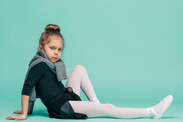 Mały balerina tancerz na błękitnym tle