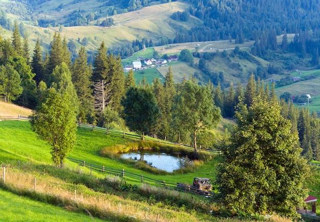 Mały basen na letnich terenach górskich na zboczu wzgórza