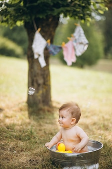 Mały berbeć chłopiec kąpanie w parku