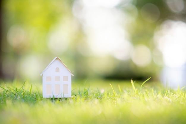 Mały biały dom na zielonej trawie