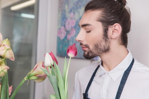 Mały biznes. mężczyzna kwiaciarnia w kwiaciarni.