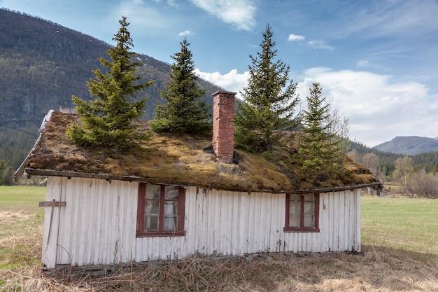 Mały budynek w górach norwegii.